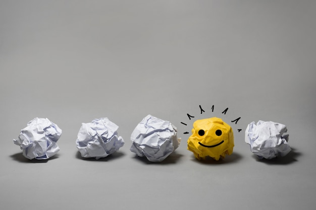 Gele verfrommeld papier bal. zakelijke creativiteit, leiderschap concept ideeën
