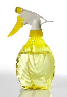 Gele vergruizer met water geïsoleerd op wit