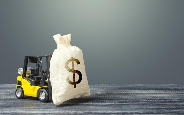Gele vorkheftruck draagt een zak met dollargeld.