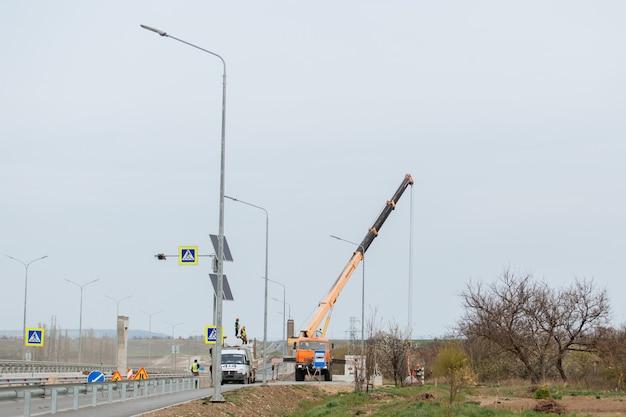 Gele vrachtwagenkraan tijdens bouw- en wegwerkzaamheden Premium Foto
