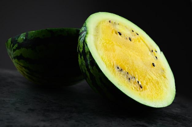 Gele watermeloen in tweeën gesneden.