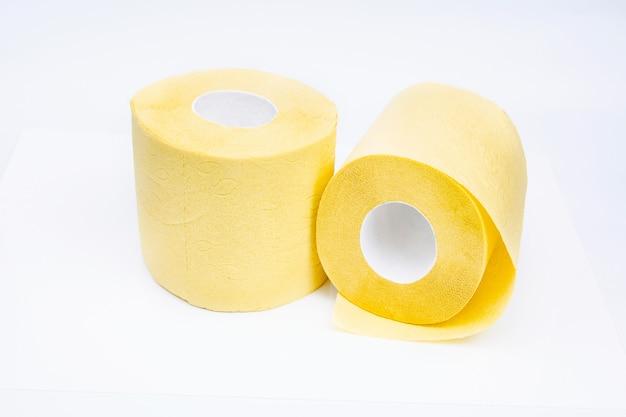 Gele wc-papierrollen geïsoleerd op witte ruimte