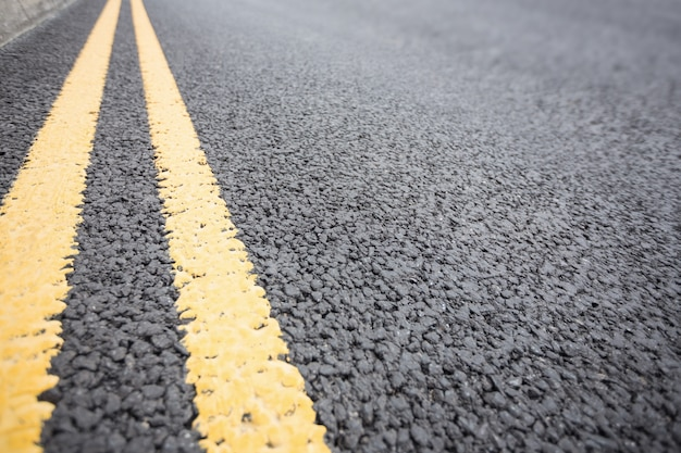 Gele wegmarkering op wegdek