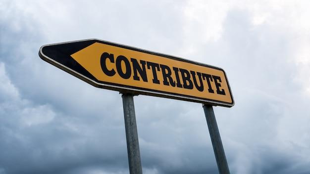 Gele wegwijzer met het woord - contribute - wijzend naar links tegen een bewolkte blauwe hemel gezien vanuit een lage schuine hoek.