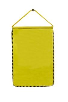 Gele wimpel opknoping op een witte achtergrond met uitknippad. de wimpel is schoon,