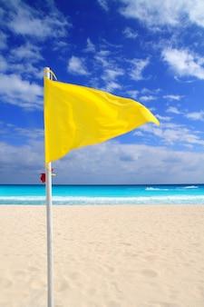 Gele windweeradviezen op het strand