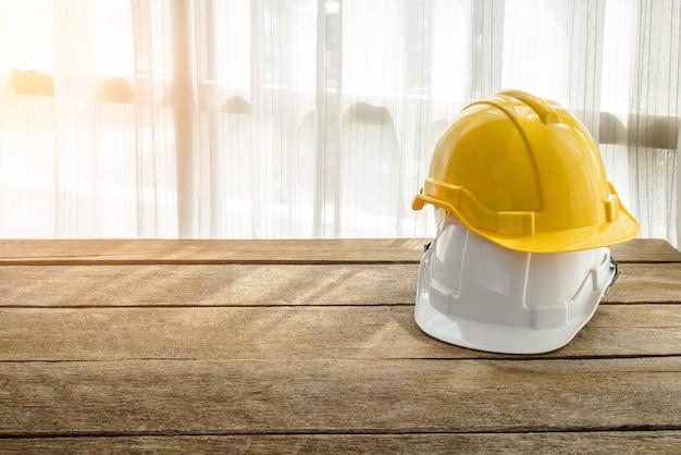 Gele, witte harde veiligheidshelm bouwhoed voor veiligheidsproject van werkman als ingenieur of werknemer
