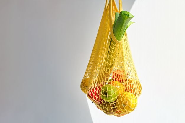 Gele zak met gemengde groenten en fruit