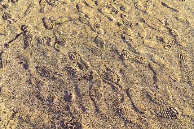 Gele zand en voetafdrukken