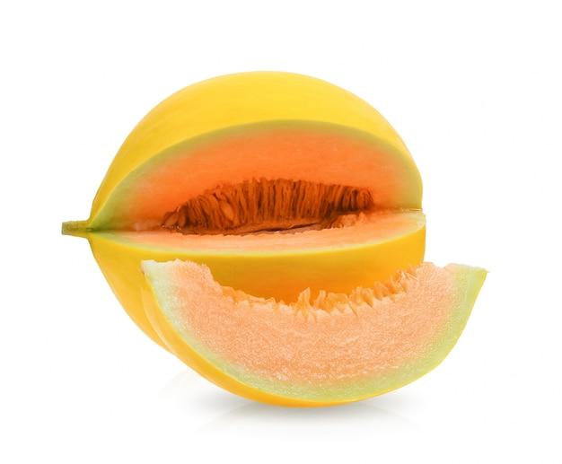 Gele zoete meloen die op witte oppervlakte wordt geïsoleerd