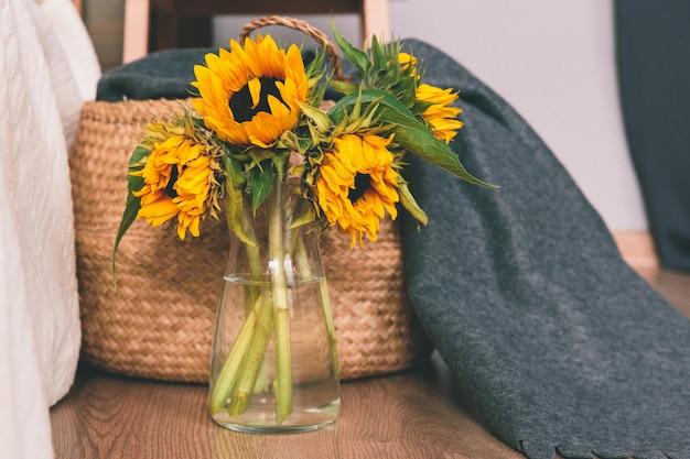 Gele zonnebloemen in vaas op de vloer van de kamer