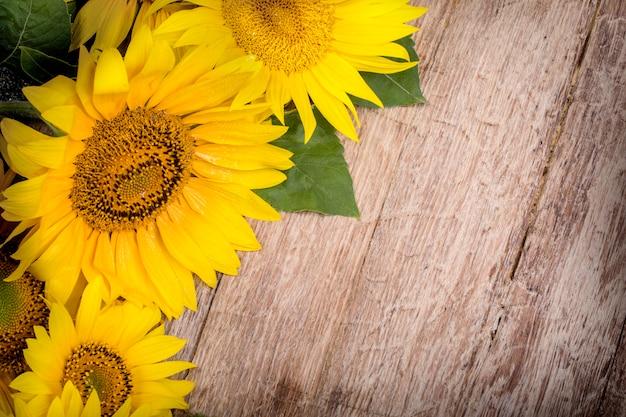Gele zonnebloemen op de achtergrond