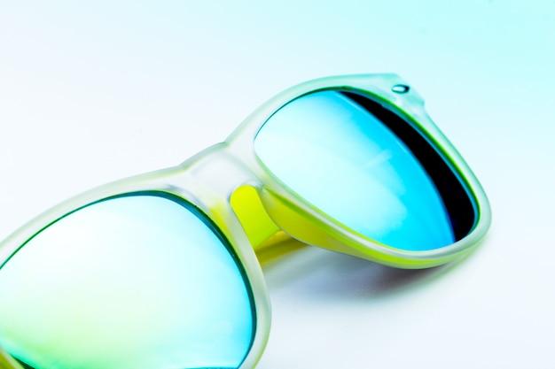 Gele zonnebril geïsoleerd