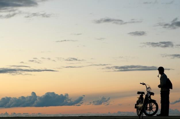 Gele zonsondergang met mensen silouete