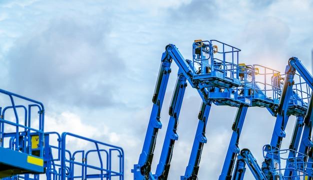 Gelede hoogwerker tegen een blauwe hemel.