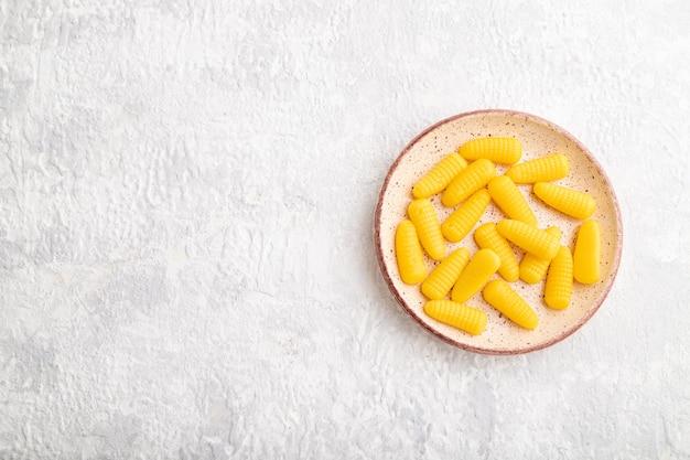 Gelei maïs snoepjes op grijze betonnen achtergrond