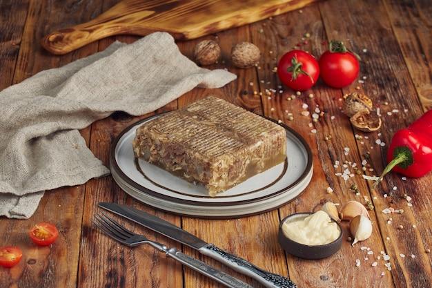 Gelei vlees met vlees op houten tafel