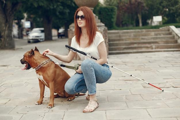 Geleidehond helpen blinde vrouw in park