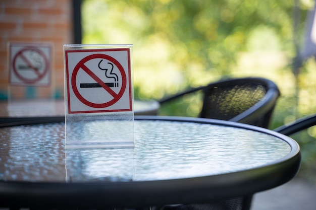 Gelieve te stoppen met roken concept niet roken teken in de coffeeshop ga gratis rokersruimte