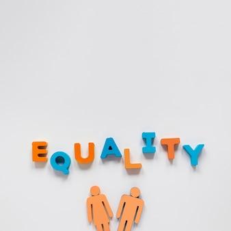 Gelijkheid belettering met speelgoed man en vrouw