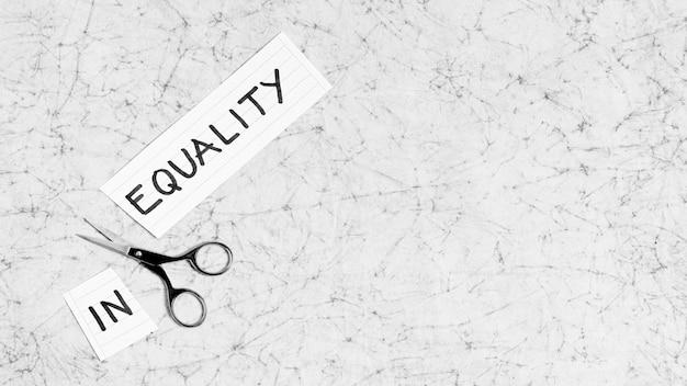 Gelijkheid en ongelijkheidsconcept op marmer met exemplaarruimte