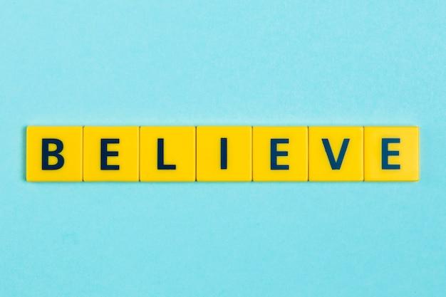 Geloof woord op scrabble tegels