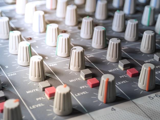 Geluid equalizer mengen. professionele studio-apparatuur voor het mixen van geluid.