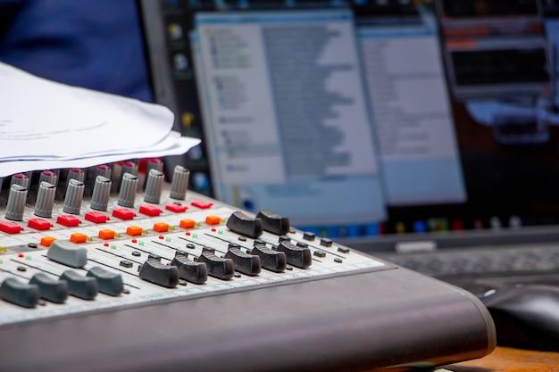 Geluid mengen en versterken van apparatuur in studio op laptop