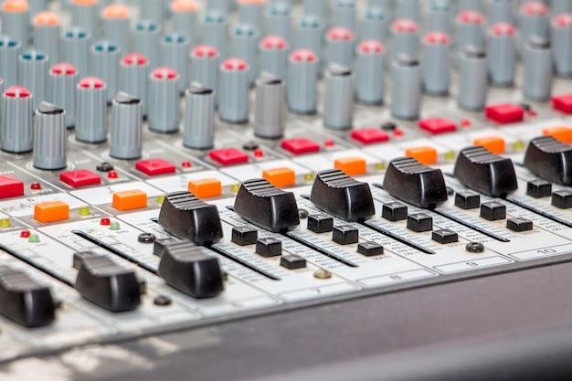 Geluid mixen en versterken van apparatuur in de studio