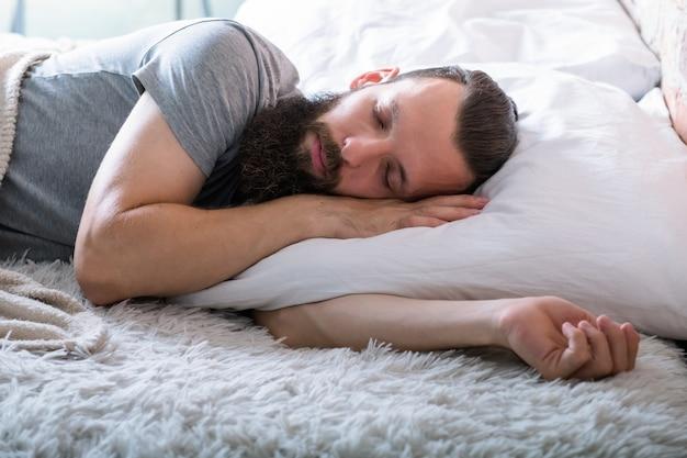 Geluid slaap. gezonde levensstijl. comfortabele zachtheid van warm bed. man rustig slapen. rust en gezelligheid.