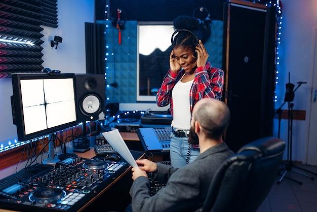 Geluidsoperator en zangeres, opnamestudio