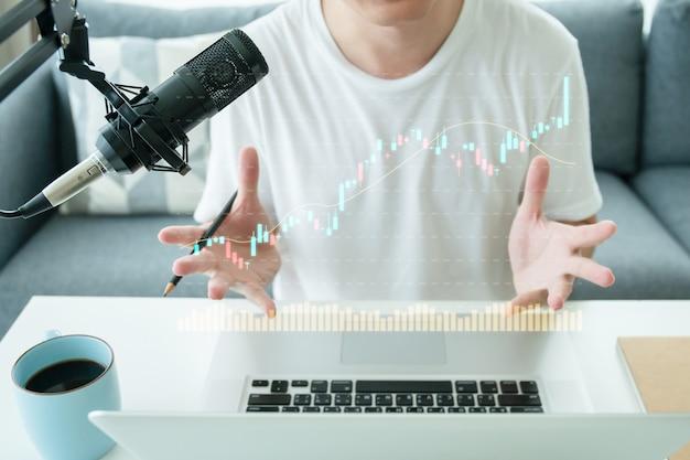 Geluidsopnamestudio voor thuisgebruik en apparatuur, waaronder professionele condensatormicrofoon, koptelefoon en laptopcomputer voor het mixen van audio. digitale audio geluidsopnamestudio thuis.