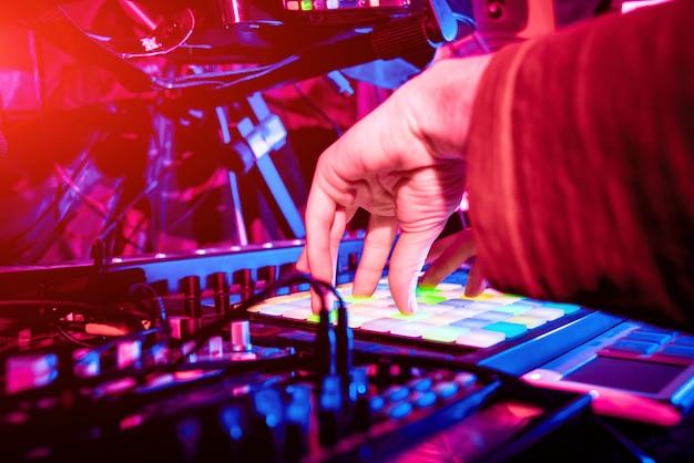 Geluidstechnicus die bij het mengen van paneel in de binnen geluidsopnamestudio werkt.