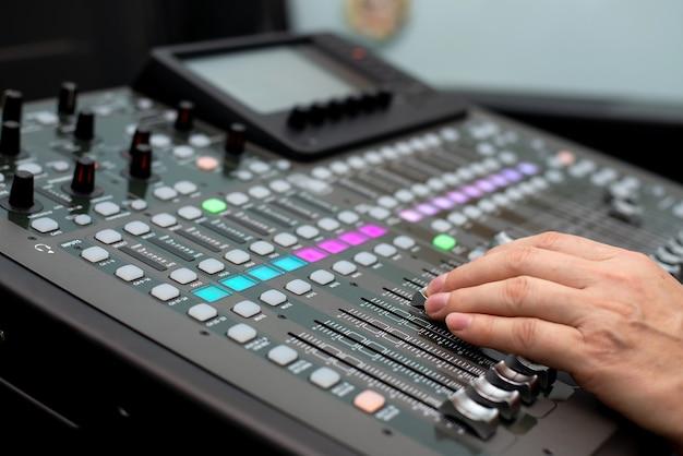 Geluidstechnicus dj. mengpaneel. geluidsopnamedatum in de studio. audioapparatuur luidsprekerversterker