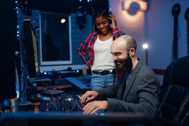 Geluidstechnicus en zangeres, opnamestudio