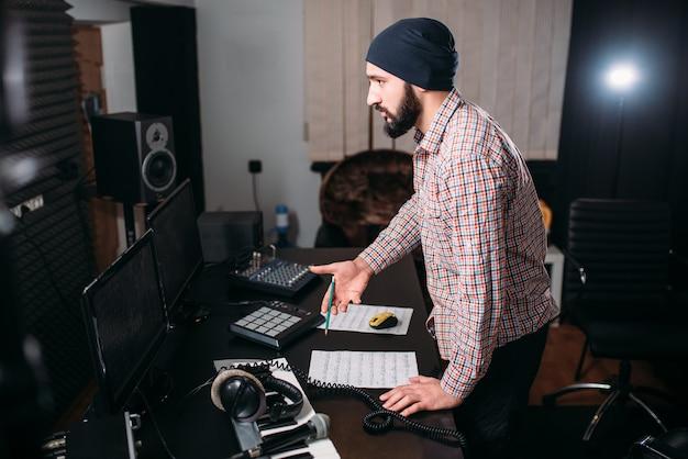 Geluidstechnicus werken met record in muziekstudio. audio-engineering