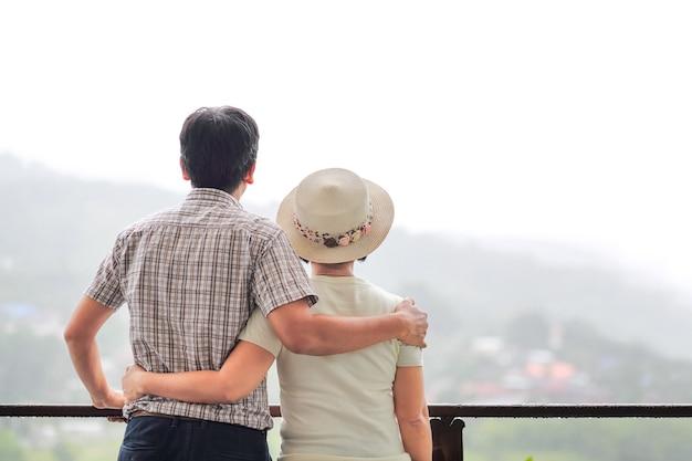 Geluk aziatische van middelbare leeftijd een paar in vakantie