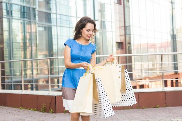 Geluk, consumentisme, verkoop en mensenconcept. vrouw met boodschappentassen