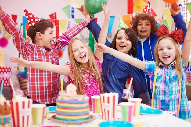 Geluk delen met vrienden op het feest