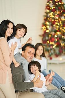 Geluk is vakantie samen portret van latijns-gezinskinderen die naar de camera glimlachen terwijl ze poseren met