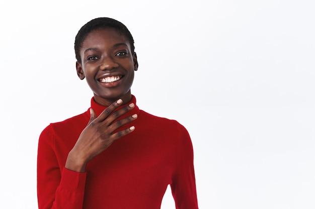 Geluk, levensstijl en mensen concept. close-up van vrolijke lachende afro-amerikaanse vrouw met kort haar