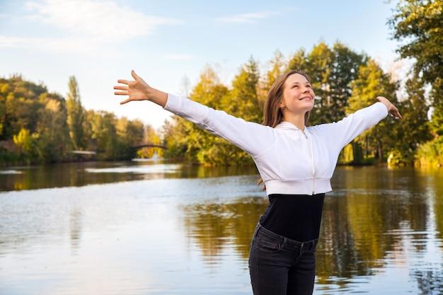 Geluk meisje in het park. herfst, gevallen bladeren.
