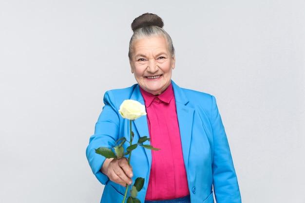 Geluk oude vrouw cadeau voor jou witte roos toothy lachend