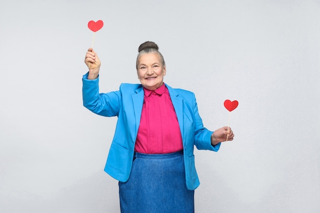 Geluk oude vrouw met twee rood hart teken