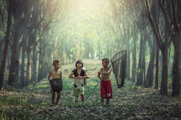 Geluk van aziatische kinderen in openlucht, platteland van thailand