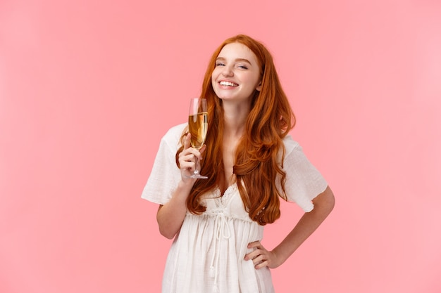 Geluk, vertrouwen en feest concept. gelukkig en zorgeloos verleidelijk roodharig b-day meisje