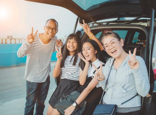 Gelukemotie van aziatische familie die een foto neemt op vakantie reizende bestemming