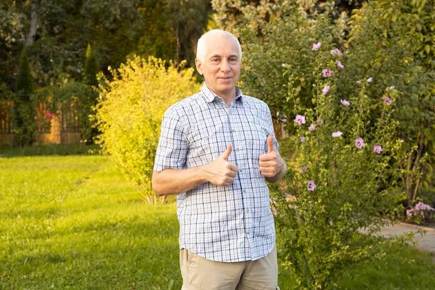 Gelukkig aantrekkelijke senior man in zomer of voorjaar park