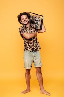 Gelukkig afrikaanse man permanent met tape recorder
