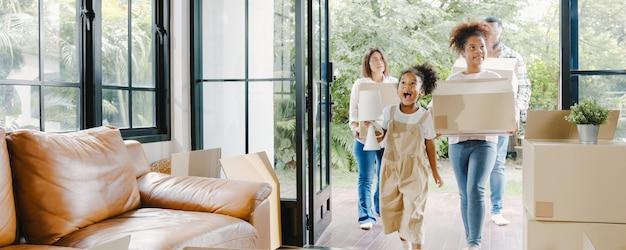 Gelukkig afro-amerikaans jong gezin kocht een nieuw huis.